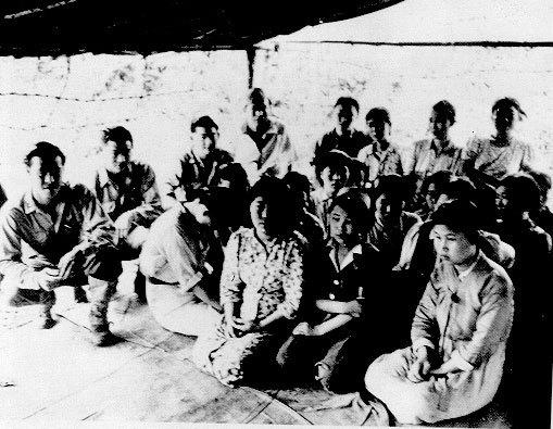 Prisioneras y miembros de la Kempetai