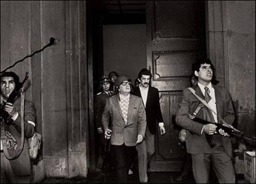 El Presidente Allende defiende el Palacio de la Moneda